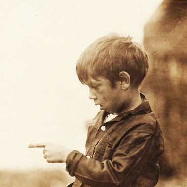 """Mi sono quasi tagliato via il dito l'altro giorno tagliando le sardine."" Byron di sette anni  ""I cut my finger nearly off, cutting sardines the other day."" Seven year old Byron  Agosto 1911 Eastport, Maine, USA Foto di Lewis Wickes Hine © Courtesy Library of Congress, Prints & Photographs Division, National Child Labor Committee Collection"