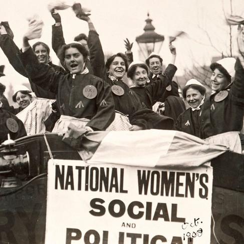 Suffragette in abiti carcerari dopo il rilascio