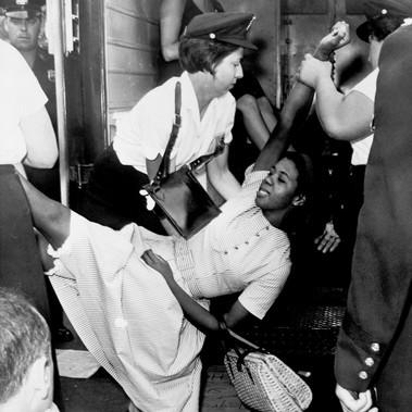 """""""Donna afroamericana caricata sul cellulare della polizia durante una dimostrazione a Brooklyn"""""""