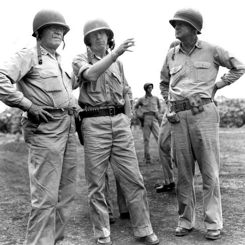 Il luogotenente Generale Thomas A. Holcomb, il colonnello Merritt A. Edson e il maggiore Generale Alexander A. Vandegrift ritratti durante un'ispezione generale