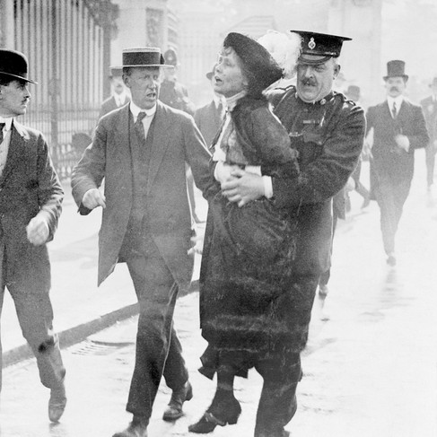 Emmeline Pankhurst arrestata dal sovrintendente Rolfe davanti a Buckingham Palace