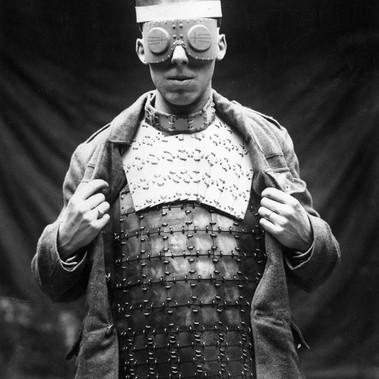 """Una """"moderna"""" armatura franco–britannica e occhiali inglesi anti-schegge usati durante il conflitto"""