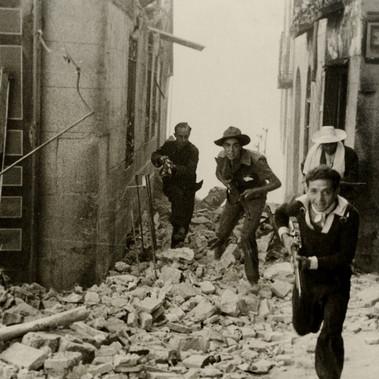 Miliziani all'assalto dell'Alcázar (Palazzo Reale) occupato da forze ribelli dell'esercito durante i primi momenti della ribellione franchista