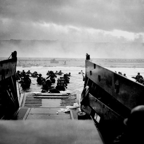 Soldati della 1a Divisione di Fanteria americana sbarcano in Normandia a Omaha Beach sotto il fuoco delle mitragliatrici tedesche