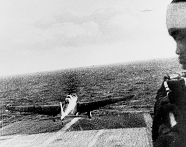"""""""Una foto catturata ai Giapponesi mostra un Type 97, aereo d'attacco della marina, mentre decolla dalla portaerei Shokaku per raggiungere l'obiettivo di Pearl Harbor durante la mattina del 7 dicembre 1941"""""""