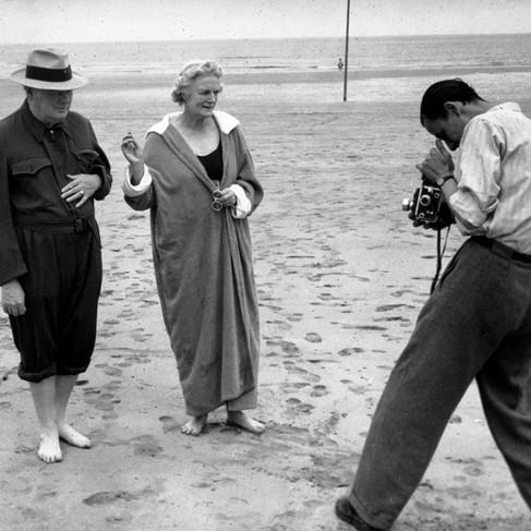 Il primo ministro Winston Churchill e Clem, sua moglie, posano a piedi nudi per il fotografo. L'incontro tra i 3 grandi (Churchill, Roosevelt e Stalin) si tenne a Potsdam in Germania dopo la resa delle forze di Hitler