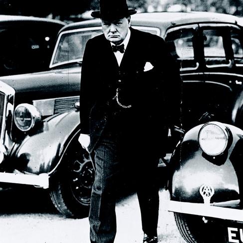Winston Churchill (1874-1965), il First Lord dell'Ammiragliato, mentre arriva a Downing Street dove si riunisce il gabinetto di guerra per discutere dell'intervento in Polonia della Russia. Churchill divenne primo ministro nel 1940 e guidò la Gran Bretagna durante la Seconda Guerra Mondiale
