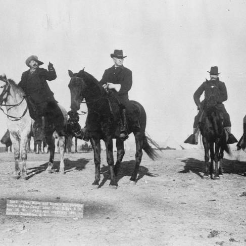 Il Generale di Brigata Nelson A. Miles e Bufalo Bill mentre osservano il campo indiano ostile situato vicino alla riserva di Pine Ridge. Il vero nome di Bufalo Bill era William Frederick Cody. Fu pony express, soldato di cavalleria (arrivando al grado di colonnello), guida civile dell'esercito, cacciatore di bufali (per la ferrovia Pacific Railway), attore e impresario teatrale. Il soprannome lo tolse a William Comstock dopo averlo sconfitto in una gara di caccia al bisonte  South Dakota 16 gennaio 1891 Foto di John C. H. Grabill Courtesy National Archives