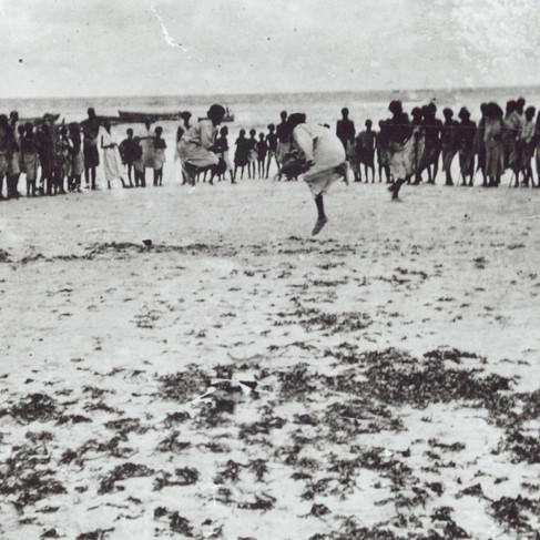 """""""Dankalia"""" Danza rituale su una spiaggia della Dancalia"""