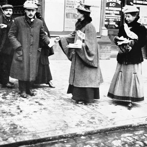 Suffragette distribuiscono opuscoli
