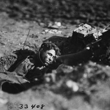 Un mitragliere tedesco morto all'interno di un nido di mitragliatrici