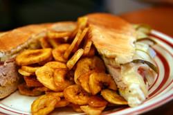 sandwich cubano y chicharritas