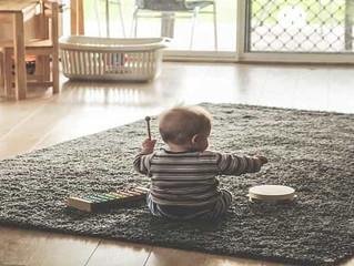 La actividad de canguro de niños tributa en el IVA