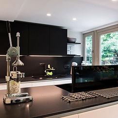 cuisine-moderne-noire-et-blanche-07.jpg