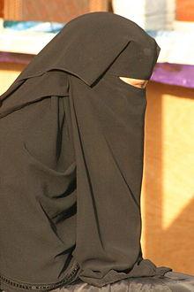 220px-Young_Saudi_Arabian_woman_in_Abha.jpg