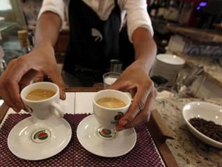"""Les femmes d'Aubervilliers sont """"courageuses"""" : certaines osent aller au café."""