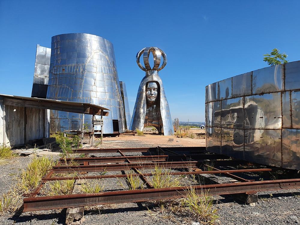 Peças de estátua gigante de Aparecida estão amontoadas em terreno — Foto: Fábio França /  G1