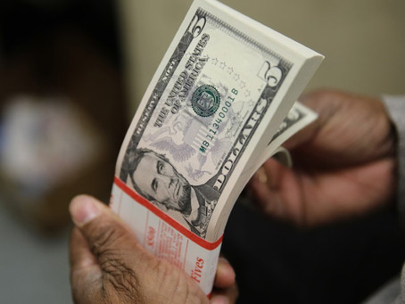 Dólar retoma alta e volta a bater R$ 5,70