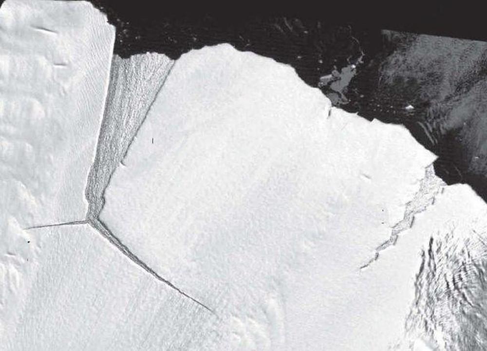 'Dente mole' retratado no início dos anos 2000; D28 é vista se formando à esquerda — (Foto: Divulgação / Nasa)