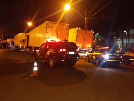 Polícia apreende carretas e caminhão carregados com cigarros ilegais na BR-163