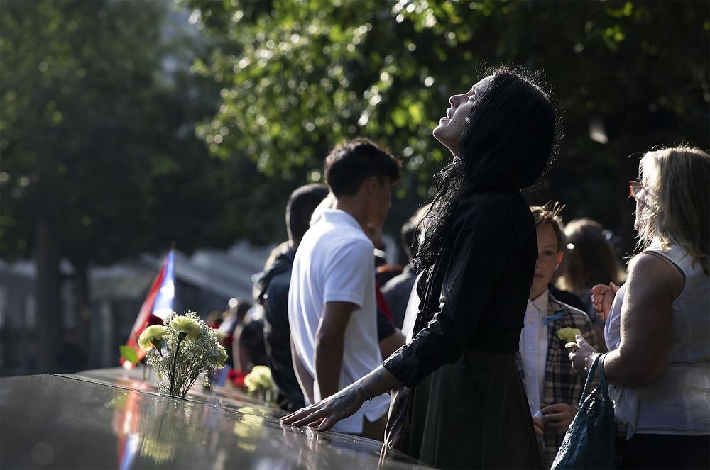 Mulher visita o Memorial Nacional do 11 de Setembro antes de uma cerimônia em Nova York — Foto: Mark Lennihan/AP