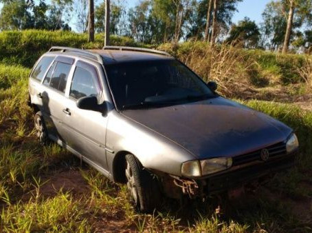 Motorista desvia de carreta e perde o controle do veículo em Umuarama