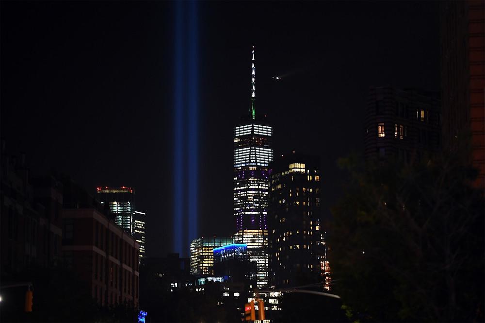 'Tribulo em Luz' corta o céu de Manhattan homenageando as vítimas dos atentados de 11 de Setembro na noite de terça-feira (10), véspera dos 18 anos dos ataques  (Foto: Johannes Eisele / AFP)