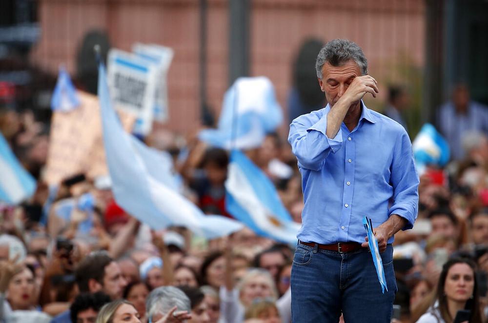 Mauricio Macri seca lágrimas em comício de despedida em frente à Casa Rosada, neste sábado (7) — Foto: AP Photo/Natacha Pisarenko