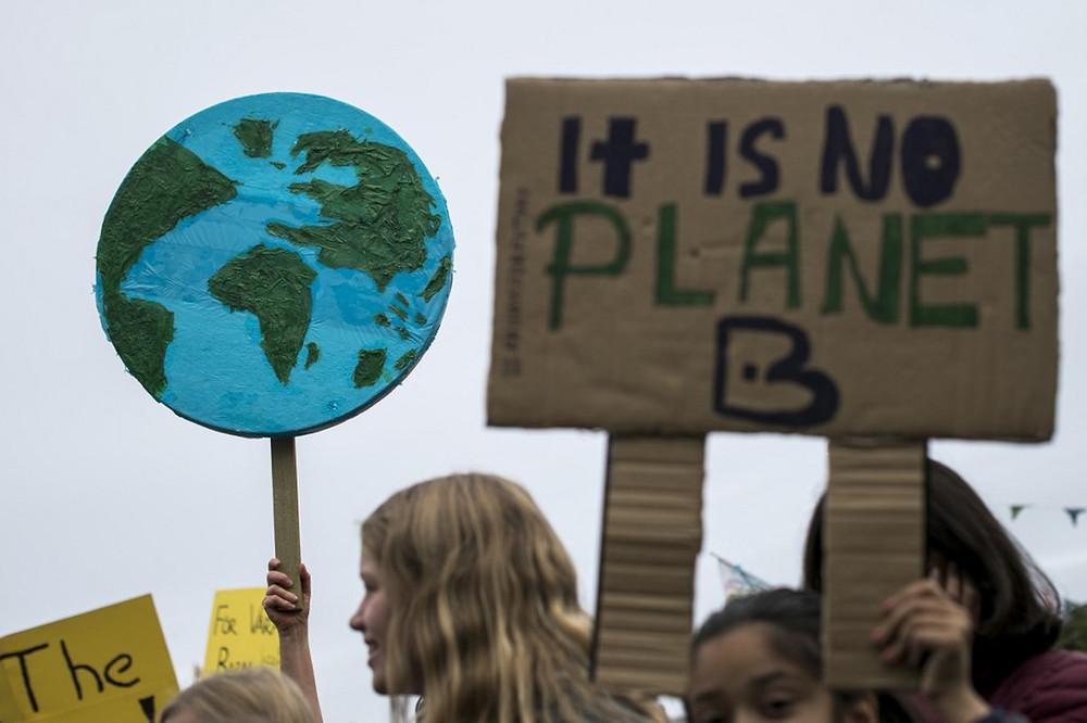 """Manifestante segura cartaz com os dizeres """"Não há planeta B"""" durante protesto pelo clima em Estocolmo, na Suécia. —(Foto: Jonathan Nackstrands / AFP)"""