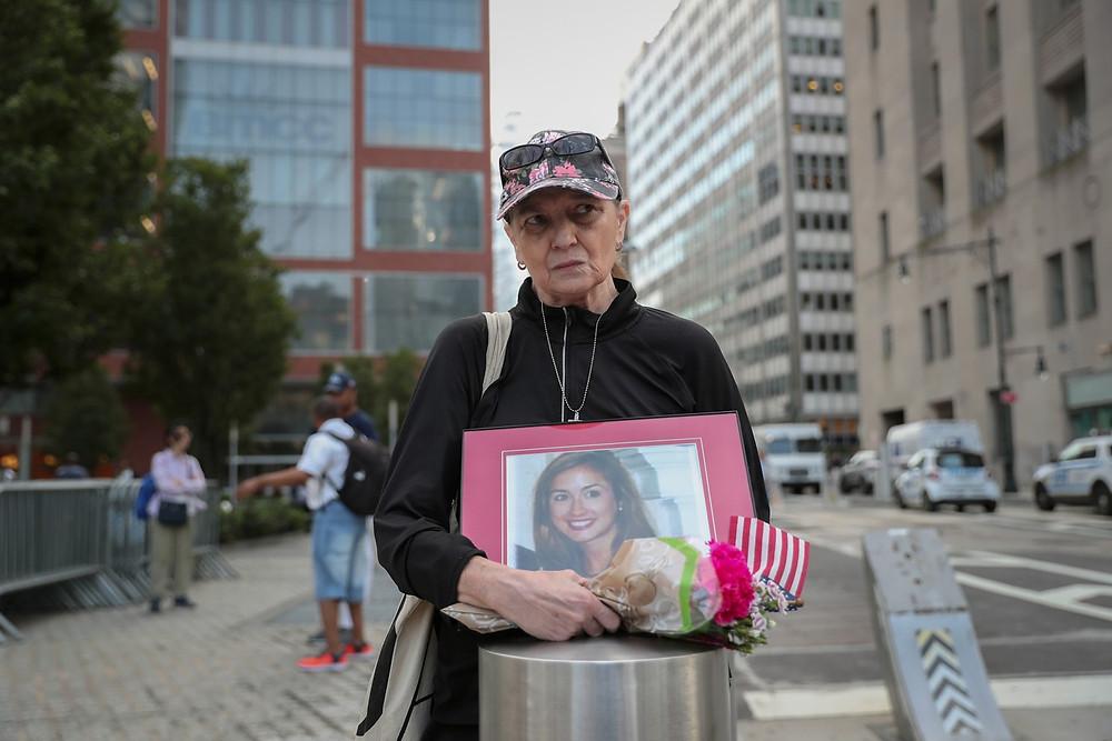 Connie Dray segura uma foto e flores em homenagem à sua sobrinha e vítima do ataque terrorista de 11 de setembro de 2001 em Nova York, nos EUA — Foto: Shannon Stapleton/Reuters