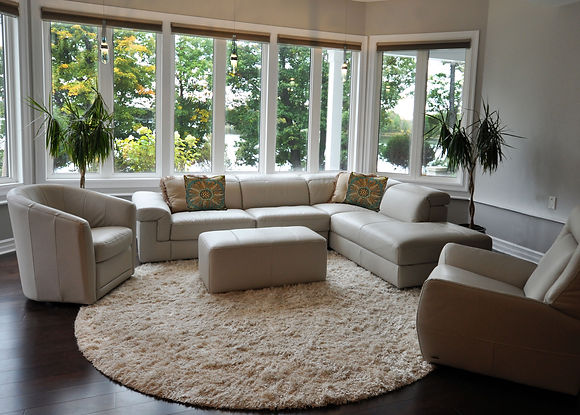 lower sitting with pillow round carpet.j