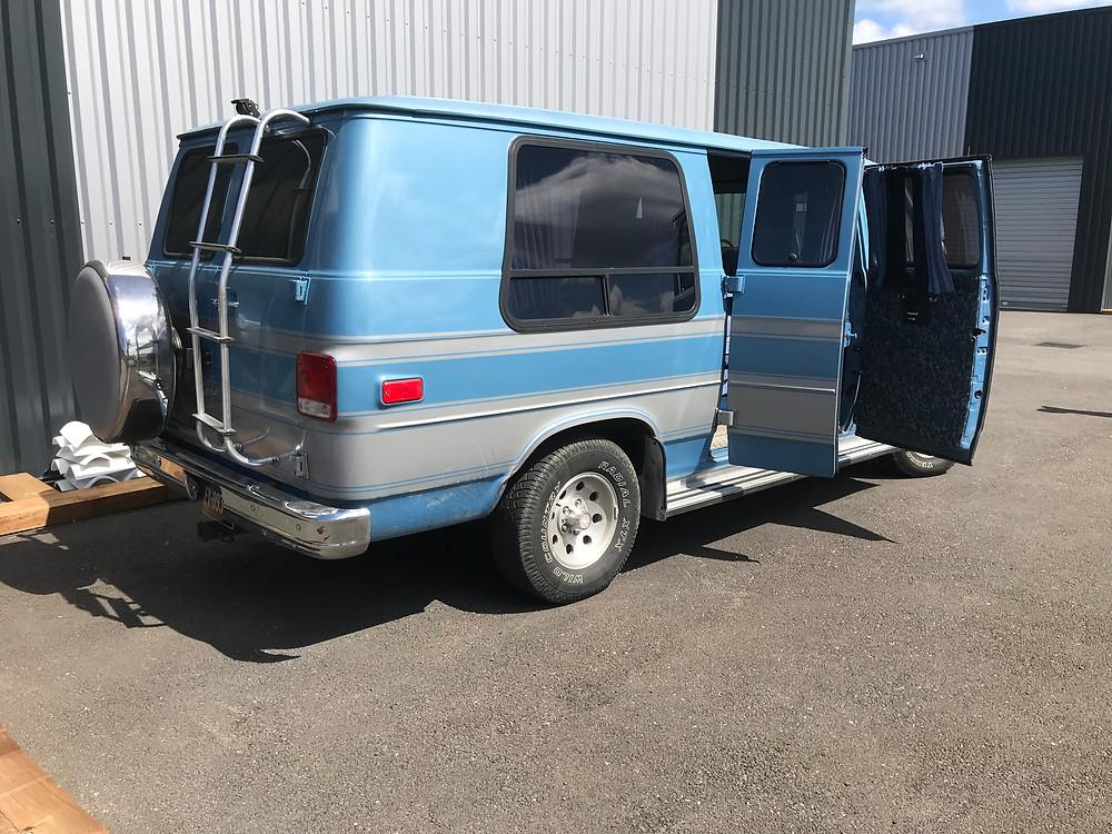 Un Chevy en super état, il reste un peu de carrosserie et un aménagement partiel pour lui redonner un deuxième souffle, on