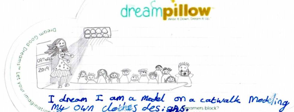Phoebe( 10 anni) ha disegnato di sfilare in passerella con I vestiti da lei disegnati.