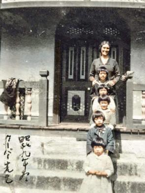 女学院のクーパー先生と(1934年冬 広島女学院附属小学校)