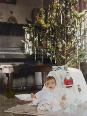 ピアノと生後7か月の明子さん(1926年12月19日 ロサンゼルス自宅)
