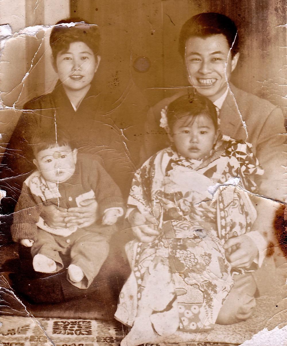 父と母と、弟と、三才のわたし