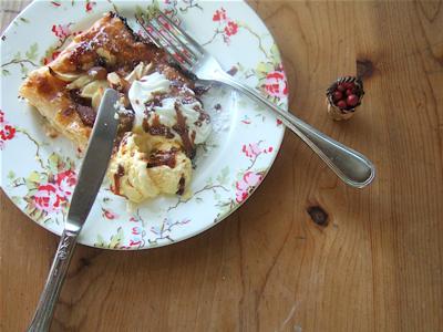 さくさくアーモンドのアイスクリームがのったアップルパイ
