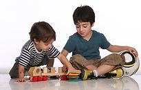 hermanos que juegan