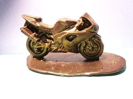 Мотоцикл спорт на шоколадной подставке