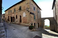 Porta di accesso al borgo medievale di Montecastelli Pisano