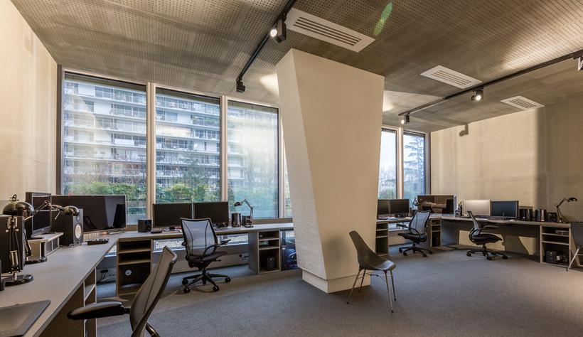 Plafond acoustique bois-ciment CETRIS AKUSTIC. Aménagement de bureaux style industriel.
