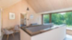 intérieur de maison en bois massif, pièce à vivre, étage chambre avec plafond mansardé en bois massif 3 plis et 5 plis, triplis, panneaux de bois massif essence épicéa Novatop Imca panels