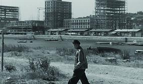 Un homme marche dans la ville.jpg