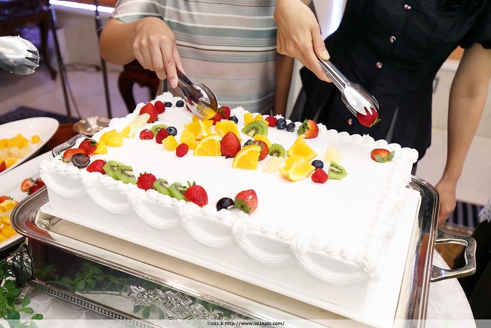 ウェディングケーキにフルーツを|シアワセフォトグラファーKOICHIKAGEYAMA