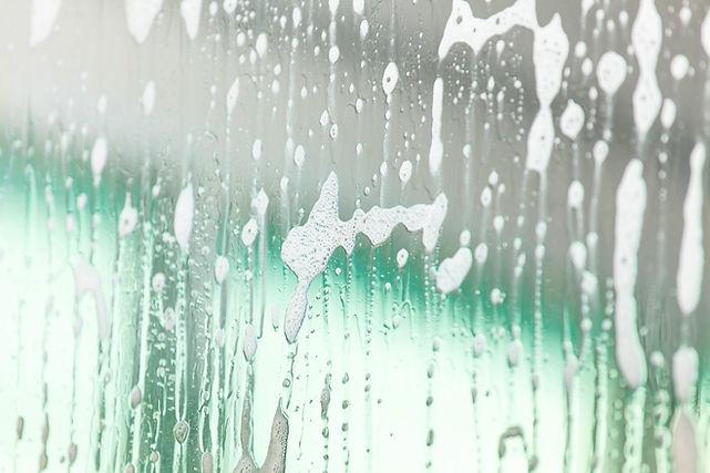 Glasscheibe mit Seifenwasser