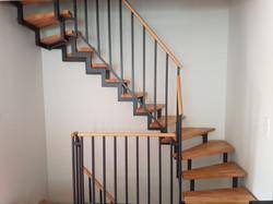 Zweiholm Treppe mit Systemgeländer