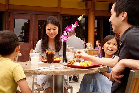 disneyland-resuarant-dining-guests-calif