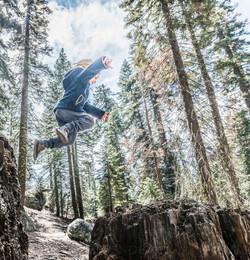 Springen im Wald