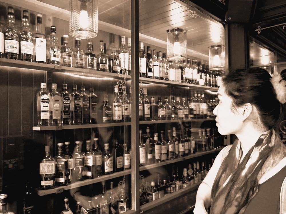 看著大瓶小瓶的威士忌,心中掙扎著試哪一款好呢?