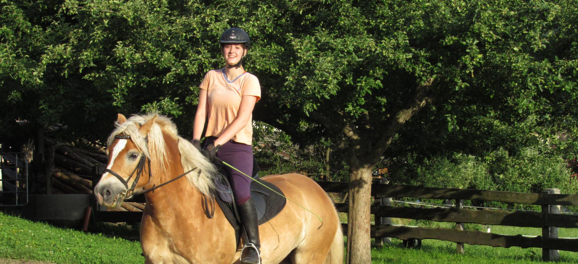Ponyreiten am Bauernhof